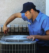 service-tech-with-condenser-unit